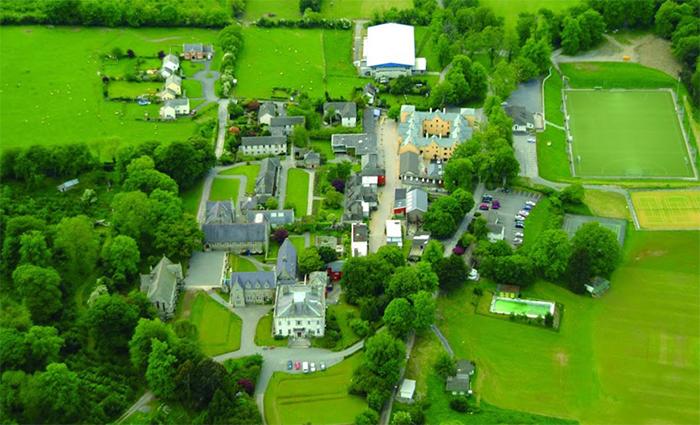 Colegio del programa año escolar en Irlanda